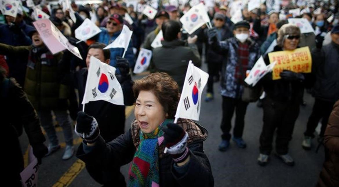 Supporters, opponents of embattled Park stage big rallies in Seoul