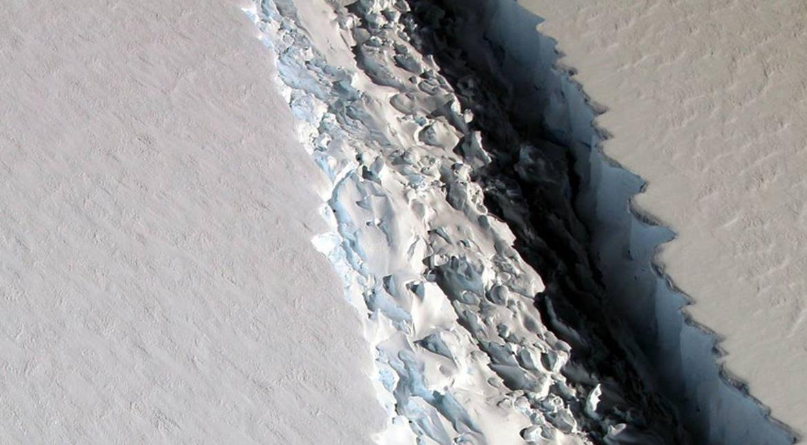 NASA spots 70-mile-long ice rift in Antartica